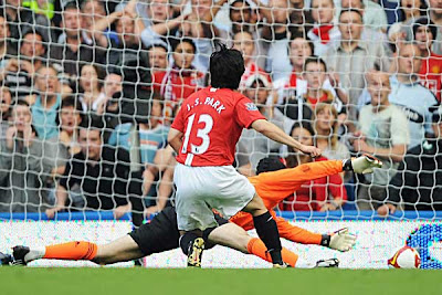 Ji-Sung Park of Manchester United beats Petr Cech of Chelsea to score.