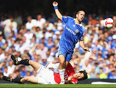 Ji-Sung Park of Manchester United tackles Joe Cole of Chelsea.