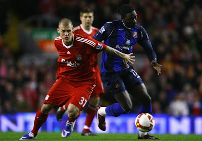 Martin Skrtel of Liverpool tries to block the path forward of Kenwyne Jones of Sunderland