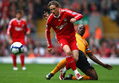 Fernando Torres of Liverpool is tackled by George Boateng of Hull City