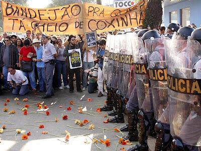 Já desesperados, os comunistas atiraram flores envenenadas na tentativa de matarem os soldados de alergia ou choque anafilático.