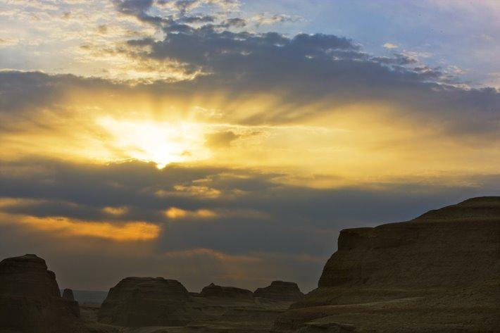 新疆-魔鬼城的日出