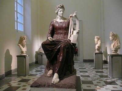 Escultura en marbre de dos colors del déu Apol·lo. Museu de Nàpols