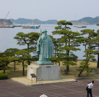 Statue of Mikimoto Kokichi in characteristic bowler hat