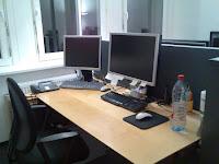Biroul meu decadent cu doua calculatoare