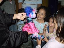 niños fascinados con los titeres