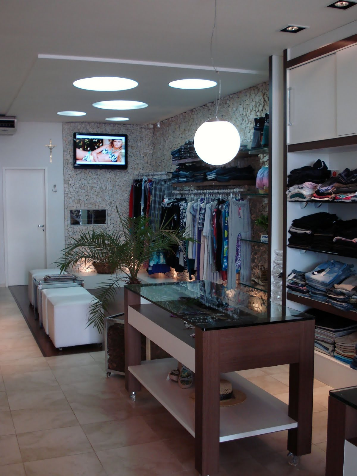 decoracao de interiores de lojas de roupas:Decoração de interiores e lojas de roupa e desporto, lojas – Holiday