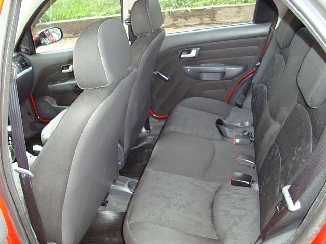 Interior do Fiat Palio HLX 2006 1.8 Flex Vermelho - bancos traseiros