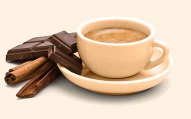 чашка какао с шоколадом и корицей