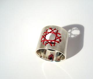 Bijoux empaquetés, rebrodés ... bien ficelés ma foi ! - embroidered jewelry dans Bettina GOTSCH (DE) bague-diamant01
