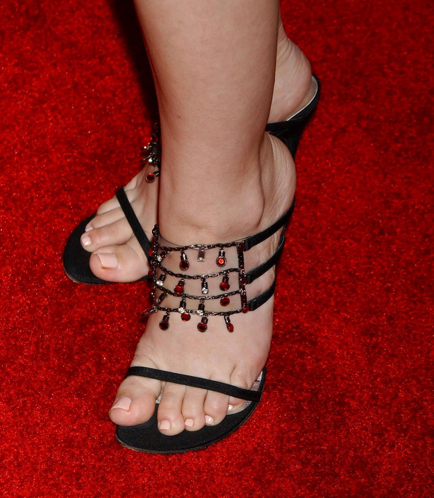 http://2.bp.blogspot.com/_UaLWp72nij4/S6vD0DLwm3I/AAAAAAAAFPs/_yUB9mEYygM/s1600/courtney-peldon-feet-3.jpg