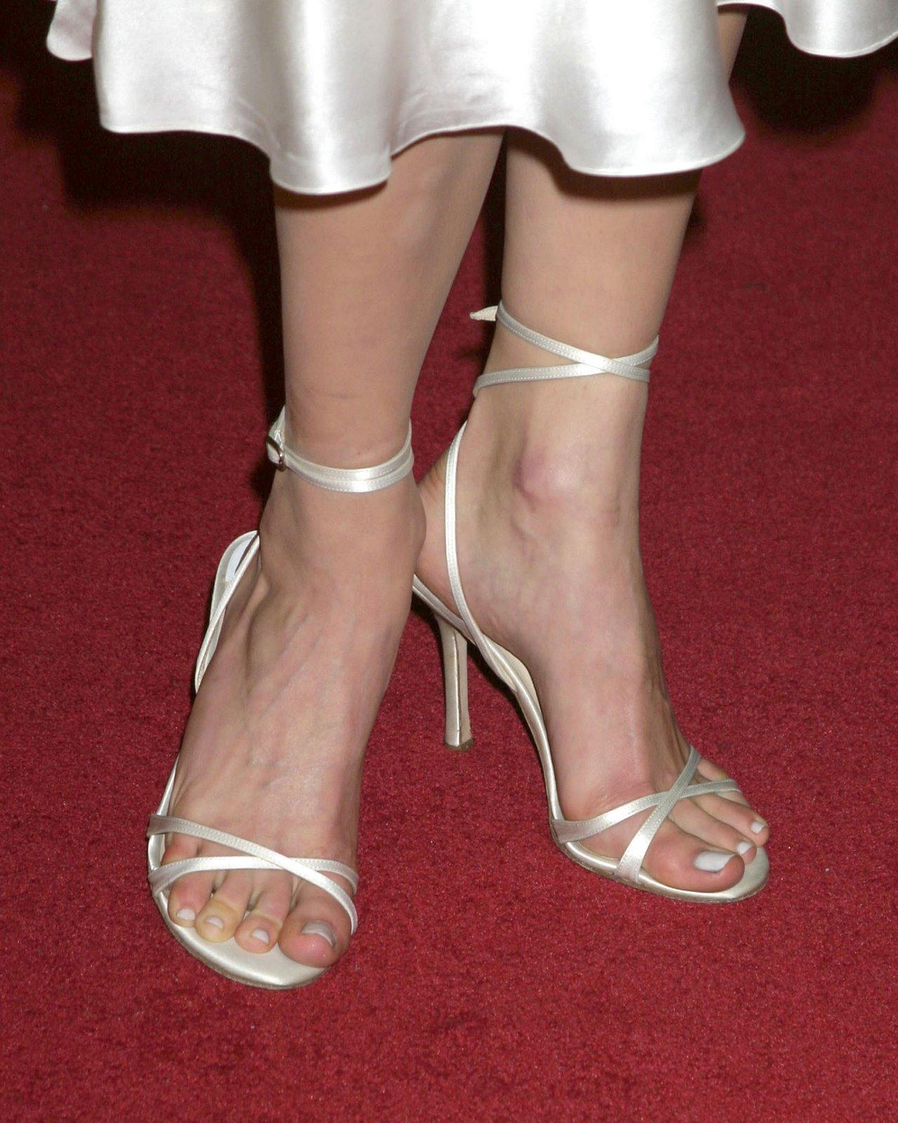 http://2.bp.blogspot.com/_UaLWp72nij4/S7zkW7IUCLI/AAAAAAAAGo4/VxKX1IzDQLo/s1600/emmy-rossum-feet-2.jpg