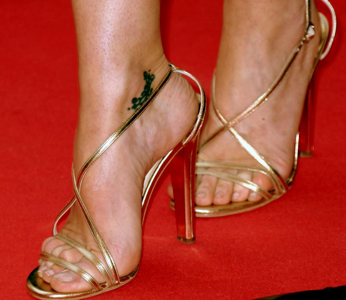 http://2.bp.blogspot.com/_UaLWp72nij4/S8i-NtfRitI/AAAAAAAAHng/sO4zgHR5LEI/s1600/gillian-anderson-feet-5.jpg