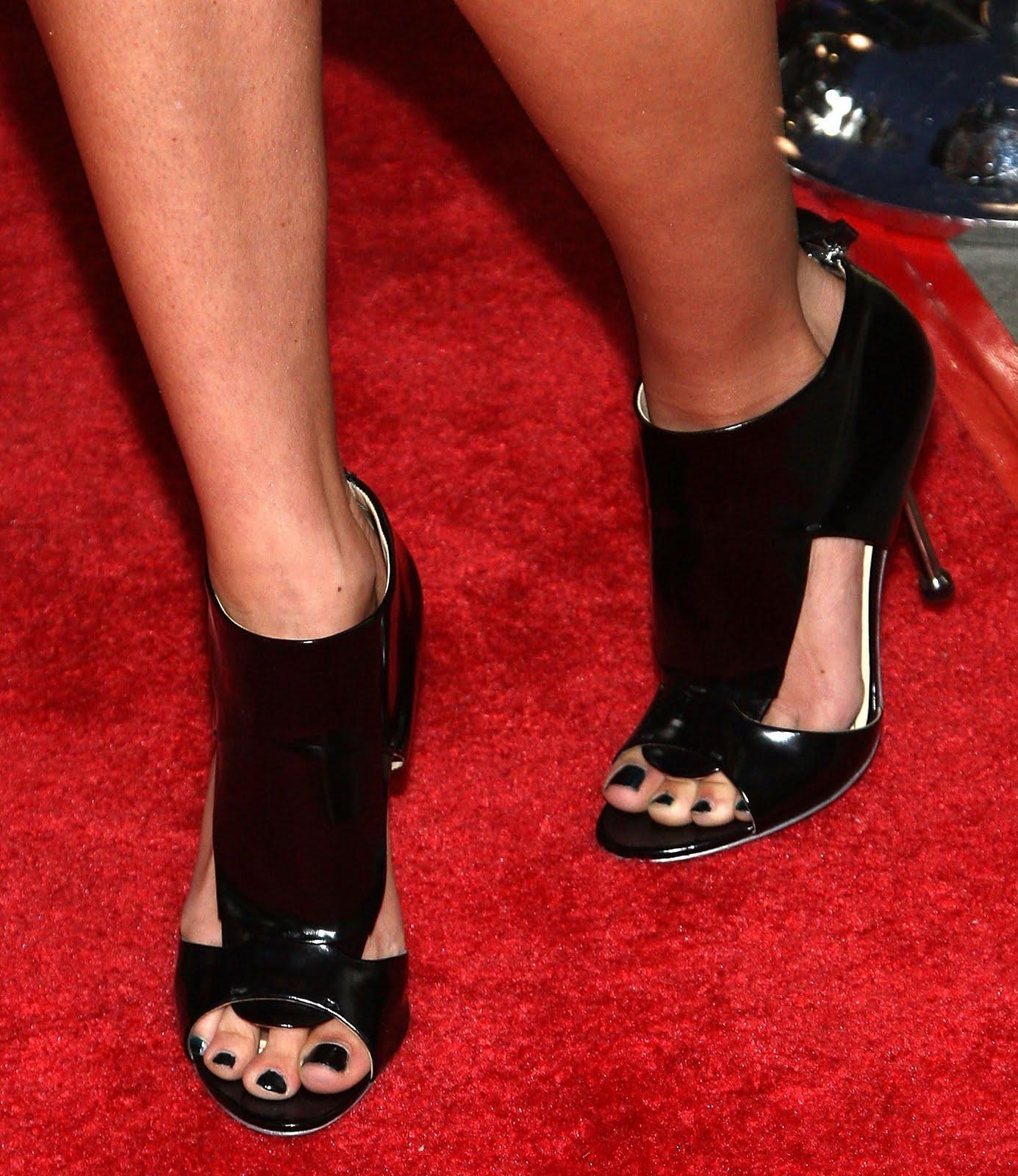 http://2.bp.blogspot.com/_UaLWp72nij4/S98pcqNOBGI/AAAAAAAAJaI/kkouye4NeQ0/s1600/jessica-stroup-feet-2.jpg