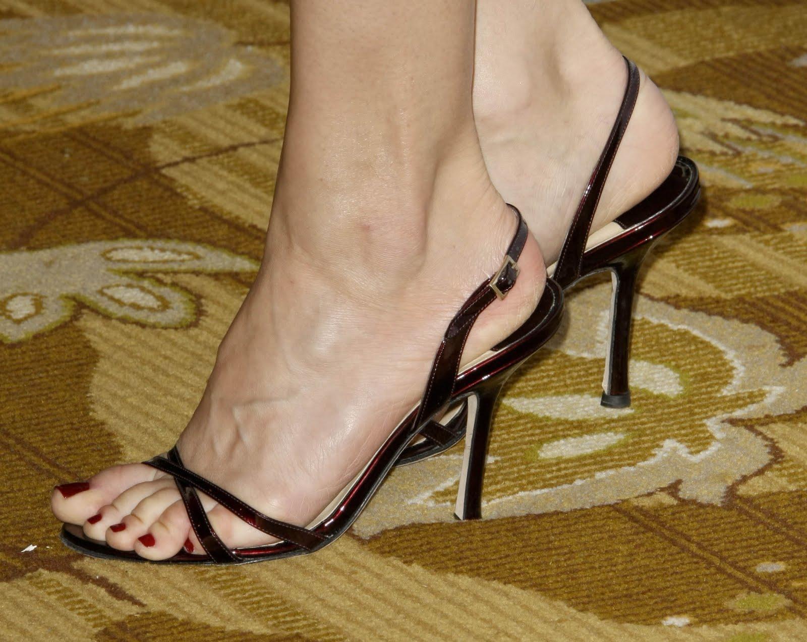 http://2.bp.blogspot.com/_UaLWp72nij4/S9nr8MjSJxI/AAAAAAAAJIw/CsApqy_QcWk/s1600/jennifer-morrison-feet.jpg