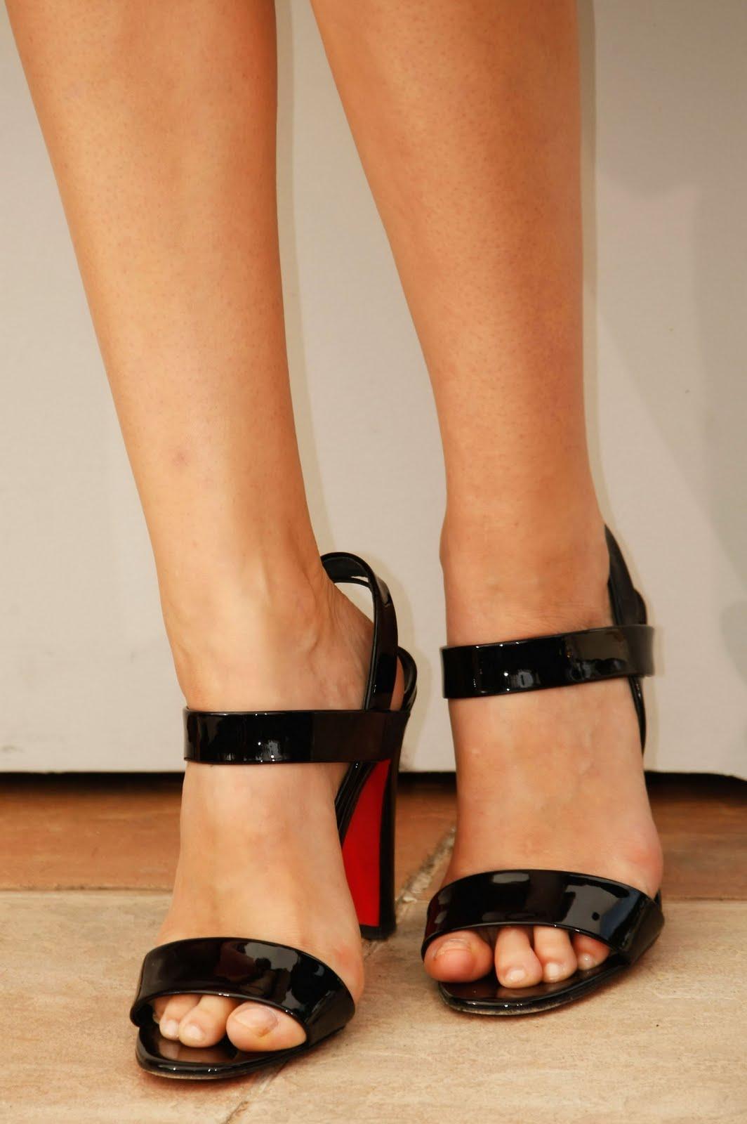 http://2.bp.blogspot.com/_UaLWp72nij4/S_Gf1iKQ7fI/AAAAAAAALcg/XpjR9-RWoOI/s1600/laetitia-casta-feet.jpg