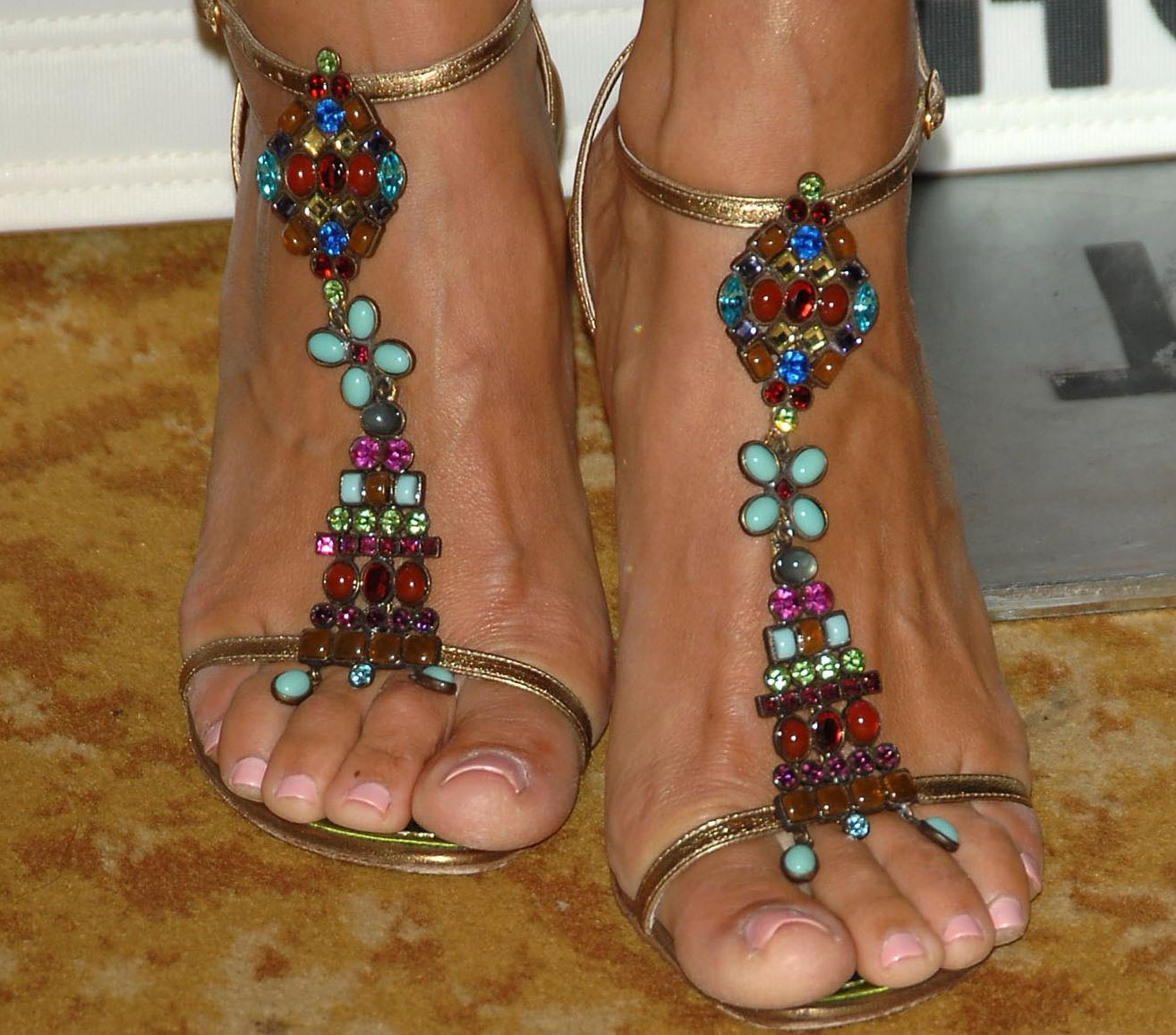 http://2.bp.blogspot.com/_UaLWp72nij4/S_g_Cna1iQI/AAAAAAAAMVs/2EfohL16YU4/s1600/lori-loughlin-feet.jpg