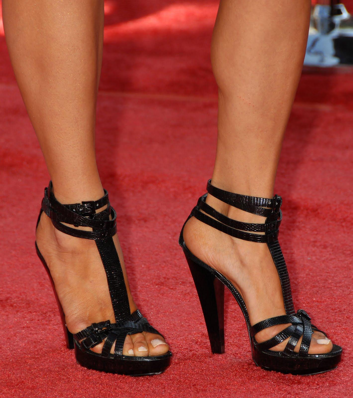 http://2.bp.blogspot.com/_UaLWp72nij4/TAAig1FolII/AAAAAAAANC8/X8IoGMQhvwk/s1600/maria-bello-feet-5.jpg