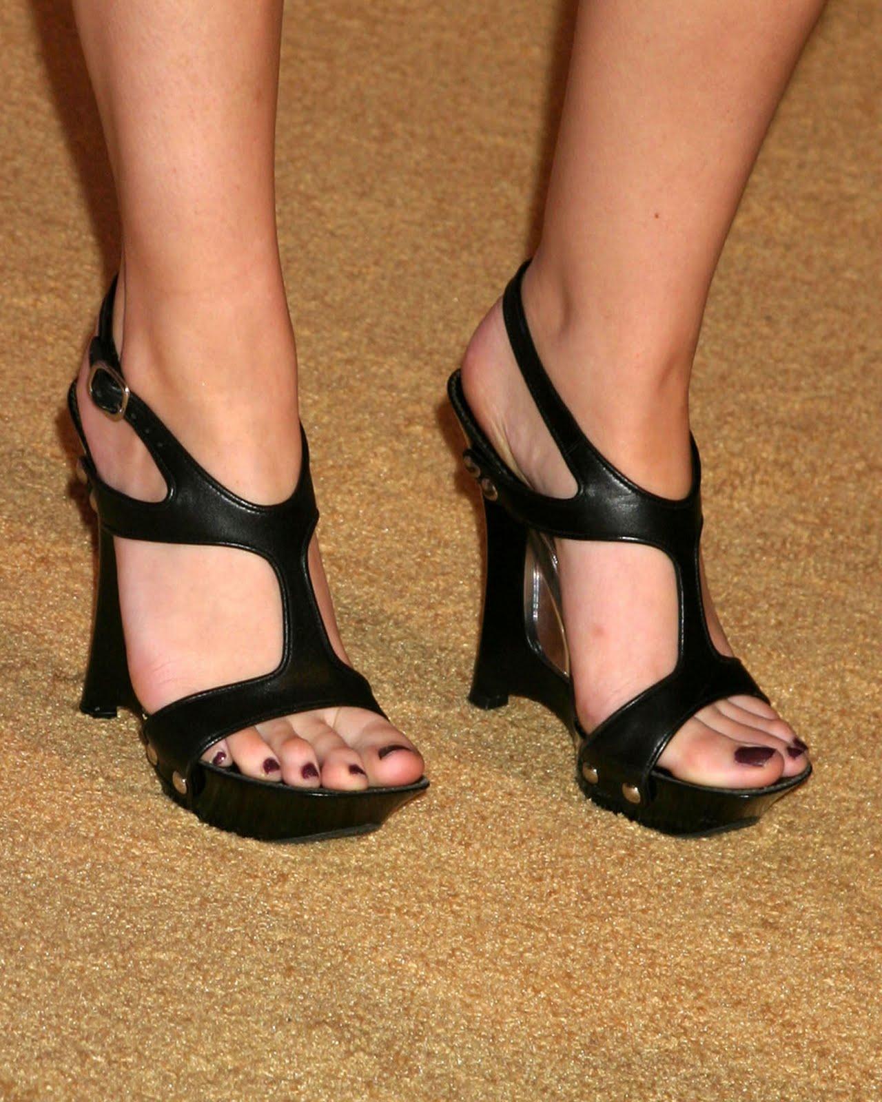 http://2.bp.blogspot.com/_UaLWp72nij4/TC_AU_nhLpI/AAAAAAAAQn8/83xwJ5D6lmE/s1600/renee-olstead-feet-2.jpg