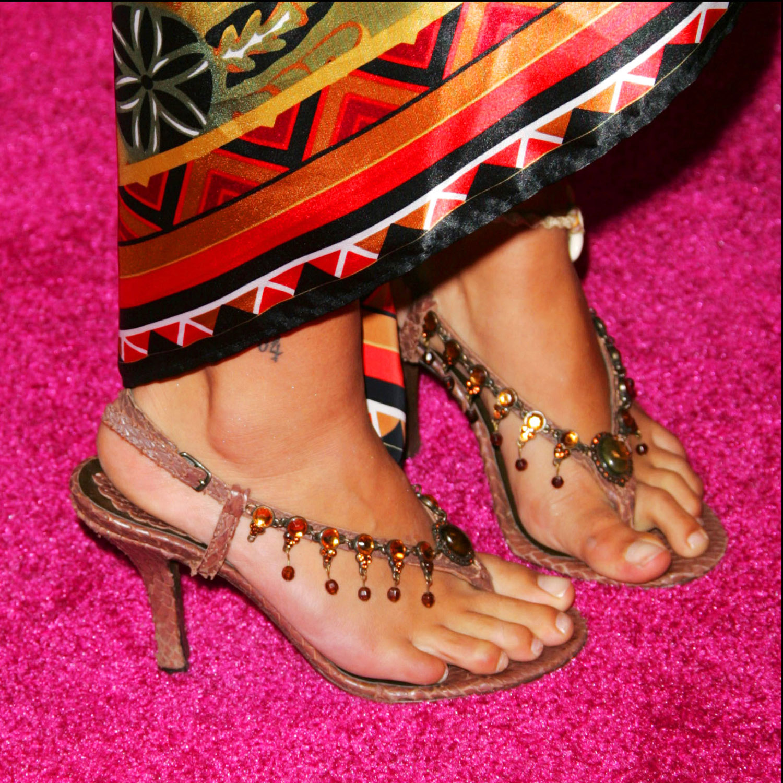 http://2.bp.blogspot.com/_UaLWp72nij4/TCunHd5TTrI/AAAAAAAAQNE/EO2tnRP3_w0/s1600/qorianka-kilcher-feet.jpg