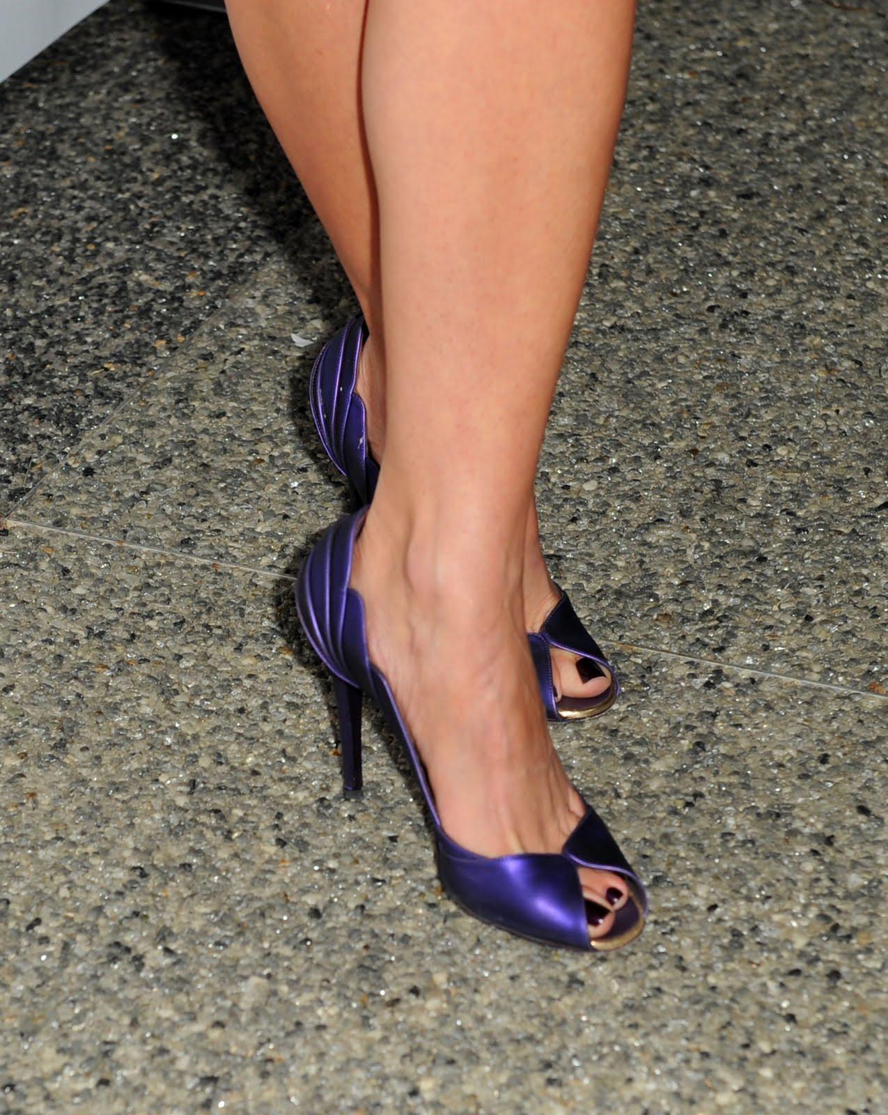 http://2.bp.blogspot.com/_UaLWp72nij4/TDep44HVPXI/AAAAAAAAQ3A/ZjsGb83QgsQ/s1600/roselyn-sanchez-feet-5.jpg