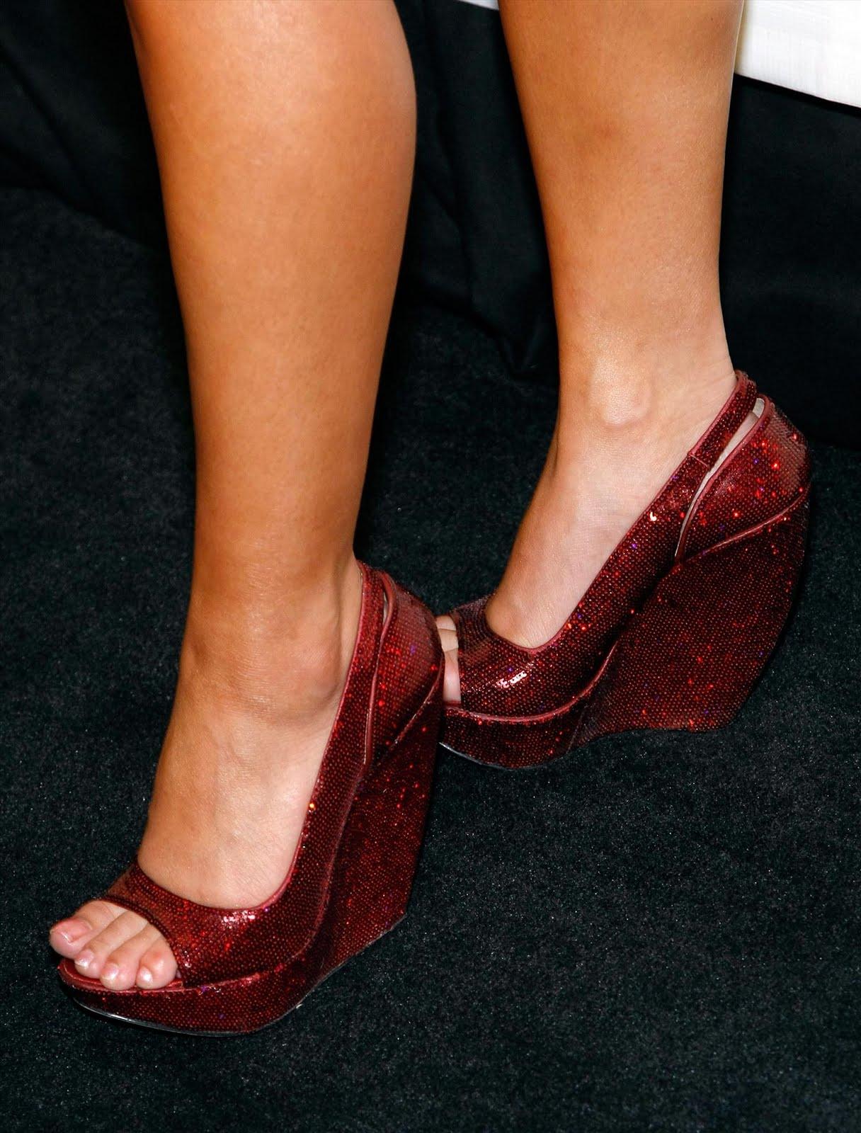 http://2.bp.blogspot.com/_UaLWp72nij4/TFcvH8HB-JI/AAAAAAAAS24/7BDVmMG3BOk/s1600/tila-tequila-feet-2.jpg