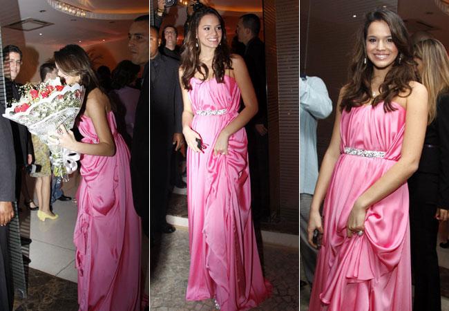 atriz usou para festa um elegante vestido rosa e recebeu flores