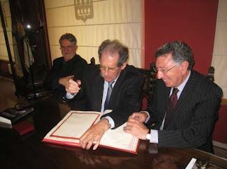 Gustav Henningsen firmando el libro de honor del Ayuntamiento de Logroño