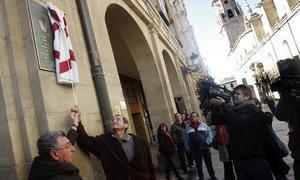 Los alcaldes de Logroño y Zugarramurdi inagurando la placa conmemorativa de la unión de ambas poblaciones