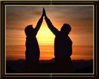 Foto amigos ao pôr-do-sol