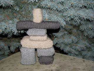 http://chrisknitsinniagara.blogspot.ca/2008/01/inukshuk-free-pattern.html