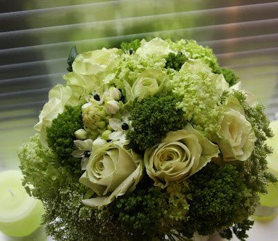 http://2.bp.blogspot.com/_UnHZfyOYACc/SaO7tL3YzpI/AAAAAAAAEvs/Du0dWd-M_8M/s400/Lime+Green+Wedding+Bouquet+with+reflected+colour.JPG