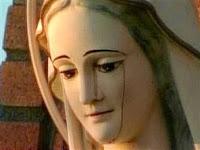 أحد التماثيل الباكية التي تصور السيدة مريم العذراء