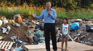 Macri en basural junto con nena