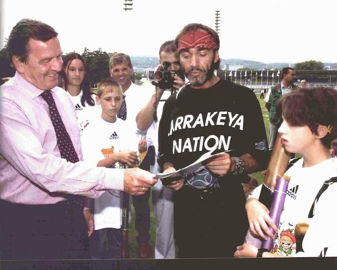 Friedensgrüße von den Ureinwohnern mittels Didgeridoo an Bundeskanzler Gerhard Schröder