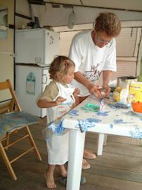 Airam con la nonna alle prese con la torta