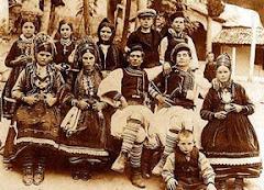 Tineri aromani in costume populare