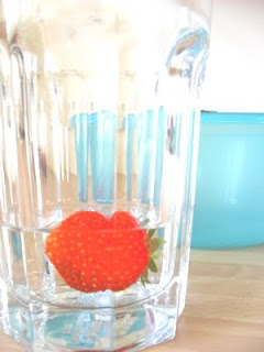 Erdbeere schwimmt in Wasserglas
