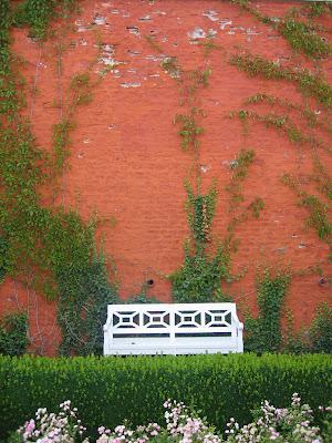 culori, plante, elemente decor fac o gradina romantica