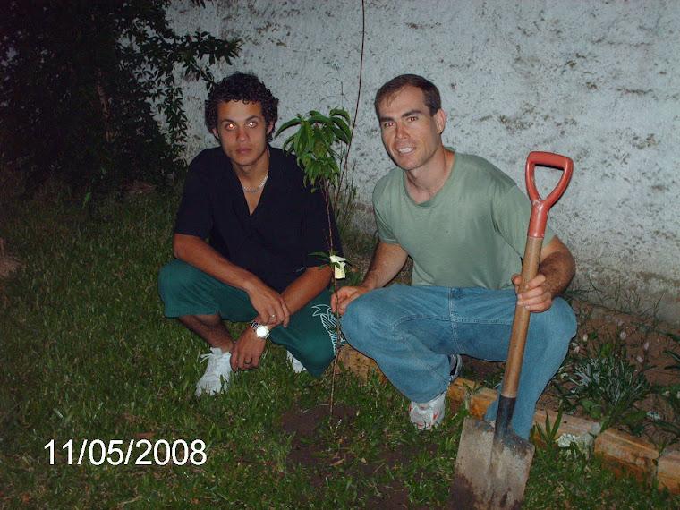 Aluno Bruno Peres plantou um enxerto de pêssego na casa de sua tia.