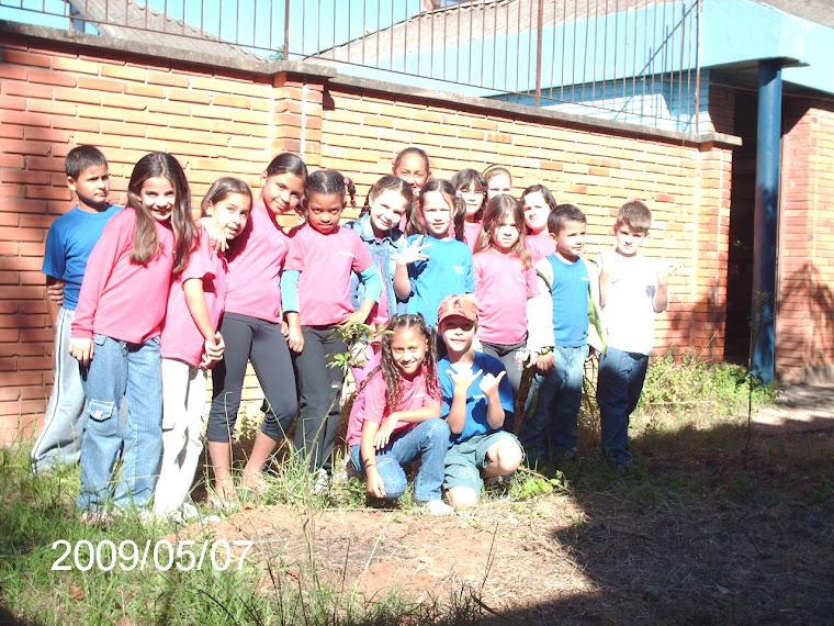 Mais uma foto com a turma 31 da Escola Augusto Meyer que apoiou o plantio de duas mudas.