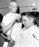 Elvis beim Dienst-Frisör