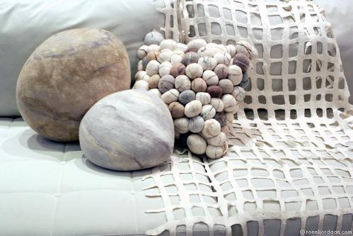 теплые камушки из войлока.