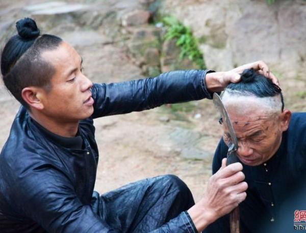 corte de pelo con hacha
