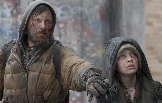 Viggo Mortensen y Kodi Smit-McPhee en 'La carretera'