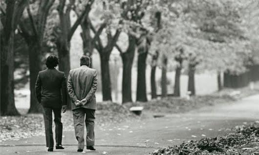 Menem y Alfonsín pasean por la quinta de Olivos en 1989. Ese día acordaron el traspaso por adelantado del poder (foto: Víctor Bugge)