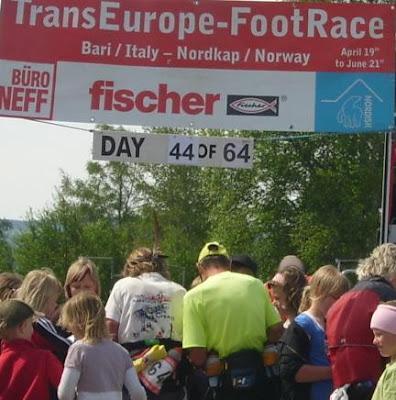 Autografjakt vid Hackås skola -TransEurope-Footrace 2009, Photo: Eliazon.com