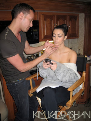 kim+getting+makeup+done1 Kim Kardashians Red Carpet Makeup Essentials