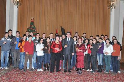 Il presidente albanese con i bambini orfani in Albania
