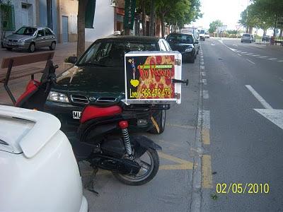 Cajones de motos para llevar pizzas al Estilo Voy Volando de Lorca
